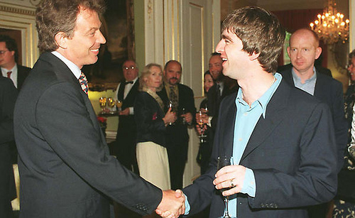Noel Gallagher, en la residencia oficial de Downing Street No. 10, con un recién electo Tony Blair en 1997